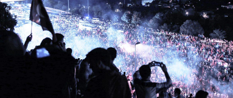 Fetullahçı Terör Örgütü'nün (FETÖ) darbe girişimine karşı Kısıklı'daki Millet Parkı'nda toplanan vatandaşlar ve STK'lar, ellerindeki meşalelerle Boğaziçi Köprüsü'ne geldi. ( Elif Öztürk - Anadolu Ajansı )